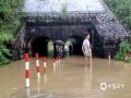 6月8日8时-9日8时,江西省中部大部分地区出现暴雨,局地大暴雨。图为6月8日,江西鹰潭市上清镇道路被淹。摄影/徐俊杰