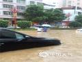 6月9日20时至10日09时,广东龙川县突遭强降水侵袭,多个乡镇累积雨量超过100毫米。图为市区步行街积涝严重,水深及腰,多辆汽车被泡在积水中。(文/曾钦文 图/龙川县三防办)