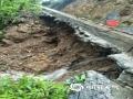6月7日开始强降雨侵袭湖南,8日8时-9日8时,长沙等湘东北、湘中局地出现大暴雨,最大降雨量出现在浏阳市古港镇宝盖寺,达187.1毫米。图为6月9日,绥宁县境内,一乡镇公路路基被雨水掏空。(图文/谢凌菡)