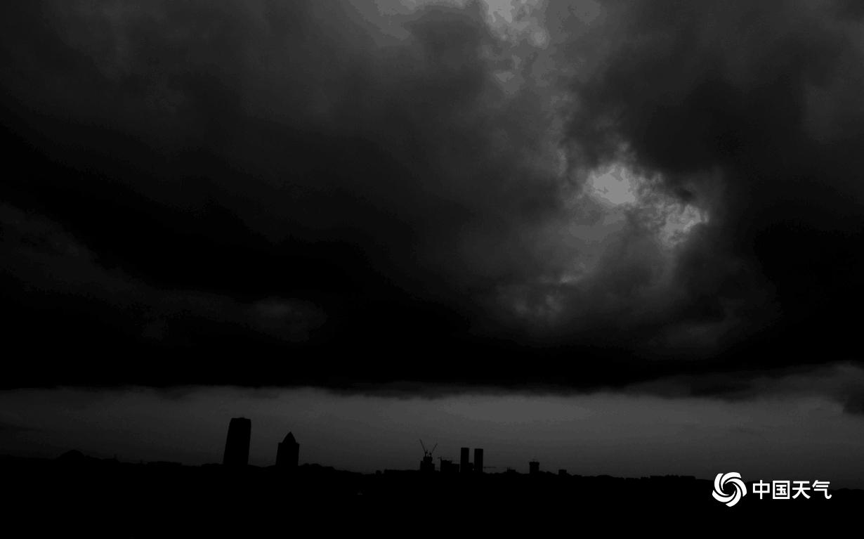 中国天气网讯 6月11日傍晚19时左右,贵阳市区已乌云压顶,预示着一场暴雨也即将登场。17时30分,贵阳市已启动暴雨四级应急响应,预计11日夜间到12日,贵阳市中南部将出现暴雨到大暴雨天气。图为贵阳市区傍晚已开始乌云压顶。(图/石奎)