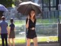 世界杯手机投注平台天气网讯 今日(14日),北京再现高温天气,下午14时海淀、丰台、门头沟、房山、昌平等区世界杯手机投注网站均超过35℃,同时天空晴朗无云,日照强烈。在海淀区街头,民众外出着装清凉,爱美的女性不少都选择短裙、短裤,秀出美腿。(图/王晓)