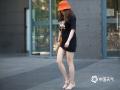 今日(14日),北京再现高温天气,下午14时海淀、丰台、门头沟、房山、昌平等区气温均超过35℃,同时天空晴朗无云,日照强烈。在海淀区街头,民众外出着装清凉,爱美的女性不少都选择短裙、短裤,秀出美腿。(图/王晓)