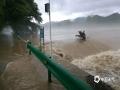 入梅以来,安徽各地强降雨不断,在安徽黟县,当地24小时降雨达到210.6毫米。强降雨导致美溪乡打鼓岭河水暴涨,淹没公路。(图/安徽省气象局)