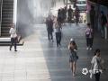 中国天气网讯 炎炎夏日,酷暑难耐,近日北京一些商场和步行街已开启喷雾降温系统,为公众出行增添一丝凉意。图片拍摄于西单广场君太百货步行街(图/王晓)