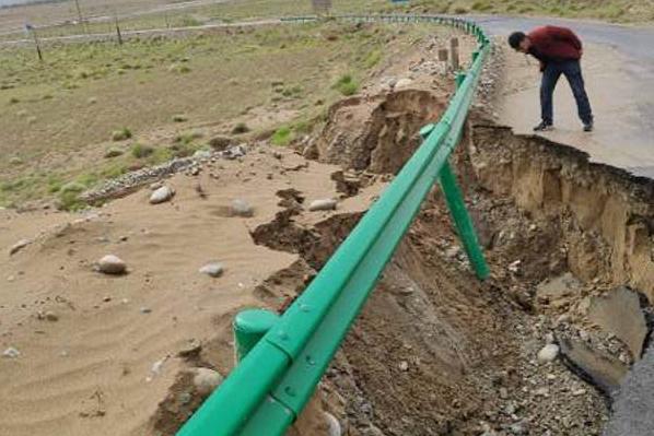 新疆策勒几小时下了大半年的雨引发山洪