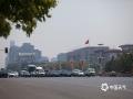 中国天气网讯 今日(4日),北京天气继续晴热暴晒,气温快速攀升,下午2点时的气温已经达到37.3℃,创今年以来新高,最热的回龙观,气温更是高达41.3℃。在天安门、故宫等知名景点,游客或一人独撑,或两人合举,纷纷藏身遮阳伞下躲避火辣的阳光。(图/王晓)