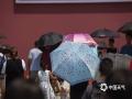 今日(4日),北京天气继续晴热暴晒,气温快速攀升,下午2点时的气温已经达到37.3℃,创今年以来新高,最热的回龙观,气温更是高达41.3℃。在天安门、故宫等知名景点,游客或一人独撑,或两人合举,纷纷藏身遮阳伞下躲避火辣的阳光。(图/王晓)
