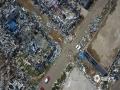 中国天气网讯 7月3日下午5点15分左右,辽宁省铁岭开原市遭突发龙卷风袭击。据初步统计,这次龙卷风已造成6人死亡;190余人受伤;开原工业区内30户企业厂房、设备受损,受灾民房744户,受灾楼房3591户,旱田受灾约1500亩。目前,各项救援工作正在全力推进,灾后重建工作有序展开。图为龙卷风袭击后的开原工业园区。(图/郭慧君)