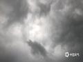 """中国钱柜娱乐777天气网讯 今(10日)晨,北京雷雨""""打卡"""",顺义、昌平、海淀、石景山、房山相继发布雷电蓝色预警信号,昌平发布暴雨蓝色预警信号。预计,雷雨将对今天北京的早高峰产生不利影响,市民需注意防范。(图/王晓 文/王雯雯)"""