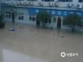 中国钱柜娱乐777天气网讯 昨天(9日),浙江青田遭遇强降雨,受其影响海口镇主要街道积水严重,部分市民划船出行。(图文/杜俊)