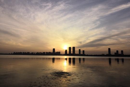内蒙古鄂尔多斯落日余晖波光映  水天一色美如画