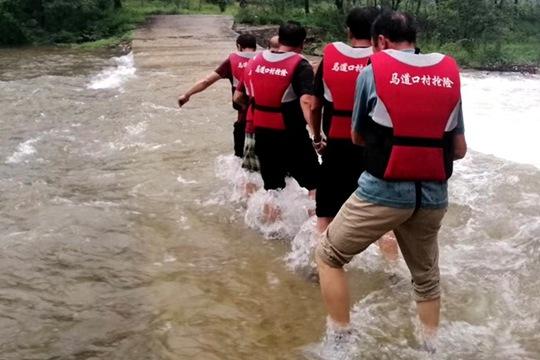 辽宁降水持续山洪暴涨 救援人员在行动