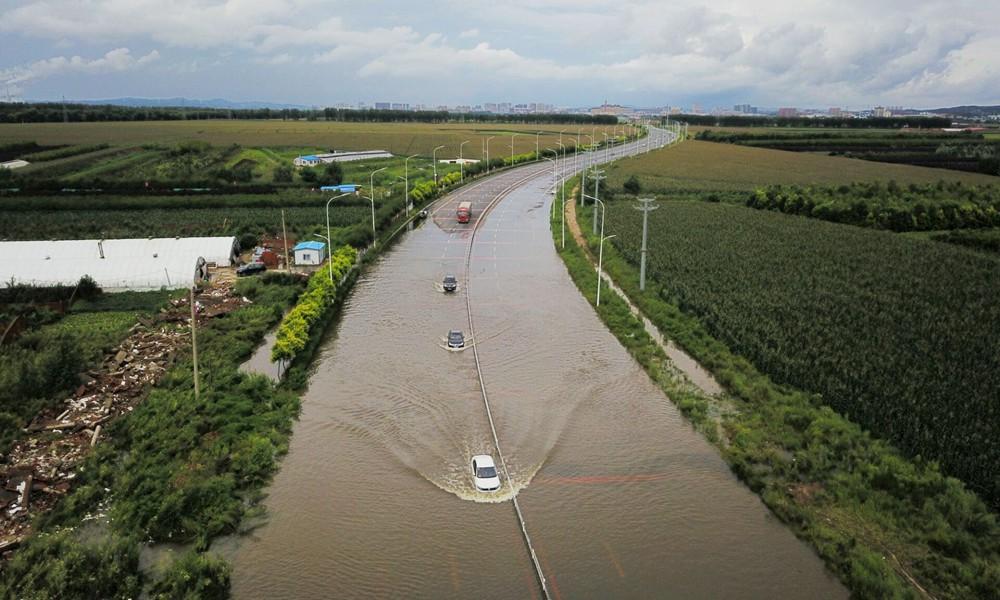 辽宁铁岭出现罕见强降雨 多路段积水严重行人受阻