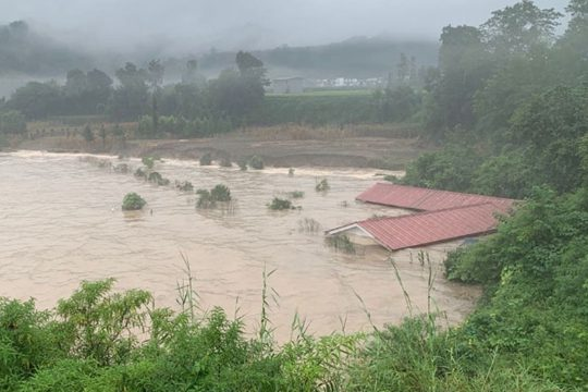 四川芦山县遭遇大暴雨 房屋被淹几乎没顶