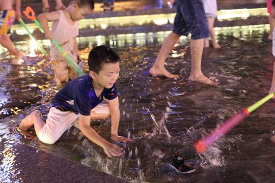连续6天最高温40℃+ 重庆市民玩水觅清凉