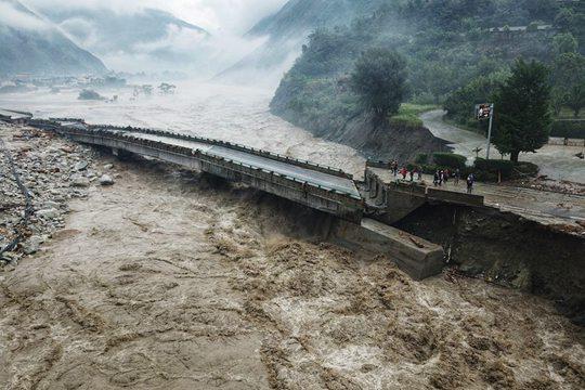航拍都汶高速绵虒服务区灾情 大桥房屋垮塌