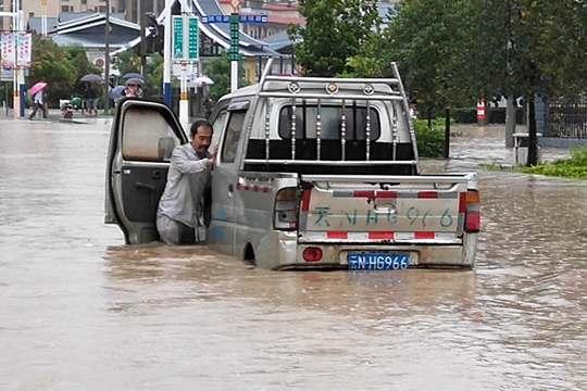 云南瑞丽出现强降雨 内涝严重车辆被困