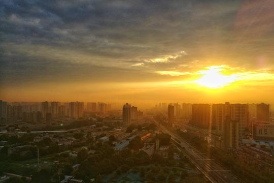 陕西西安:晨曦破云出 城市洒金