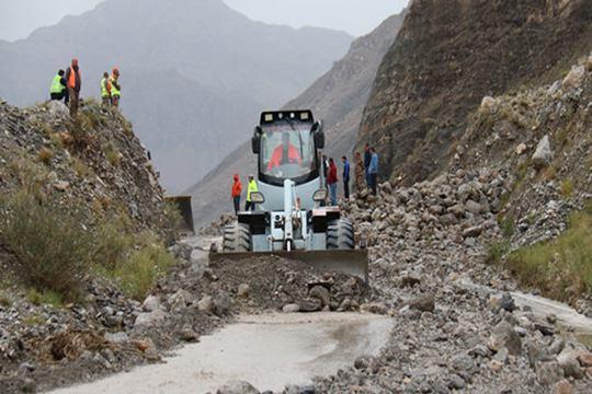 ?#38470;?#20044;恰强降水引发洪水泥石流 公路受阻现5公里车队长龙