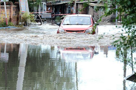 哈尔滨强降雨致船厂社区内涝?#29616;?居民排水忙