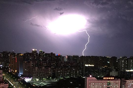 广东湛江:闪电划破夜空 亮如白昼