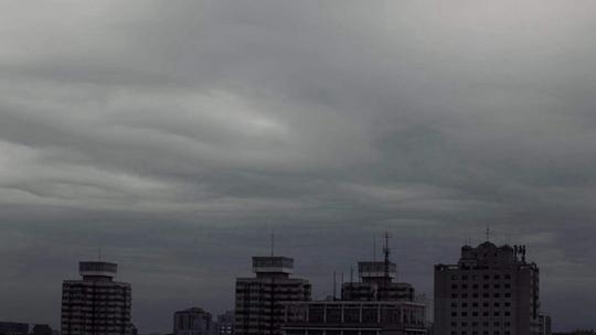 风雨欲来 京城上空云层变幻如水墨画