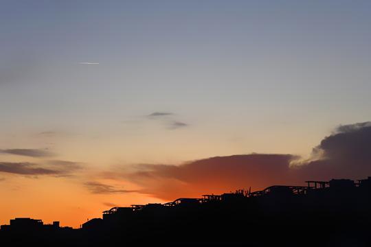 京城十月天晴朗 朝霞染红半边天