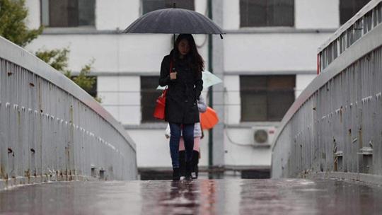 北京今晨小雨飘落 凉意浓