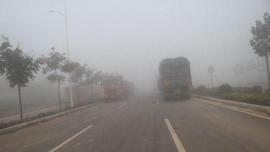 河南孟州西虢鎮大霧彌漫 車輛緩慢前行