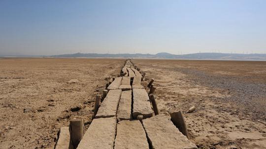 鄱陽湖水位走低 湖底600年古橋露真容
