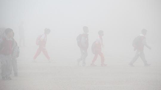 大雾袭城 山东威海如坠云雾里