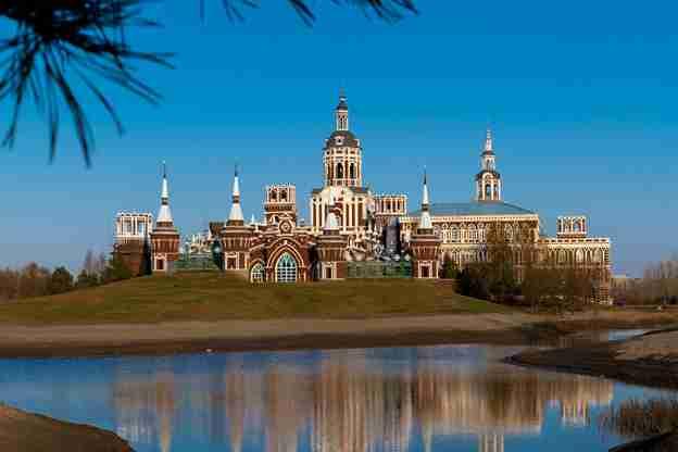 秋意浓 蓝天映衬下的哈尔滨伏尔加庄园
