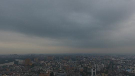 台风麦德姆生成 琼海城区上空乌云密布
