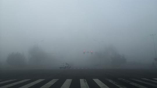内蒙古鄂尔多斯大雾再起  城区一片朦胧