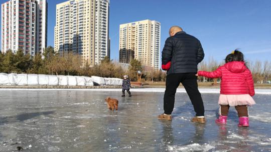 内蒙古呼伦贝尔遭遇极寒天气河面冰封