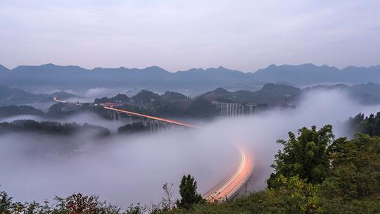 行驶在云端 重庆周家山大桥云雾缭绕如梦似幻
