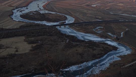 黑龙江伊春:冰封雪锁后的汤旺河如银色蛟龙