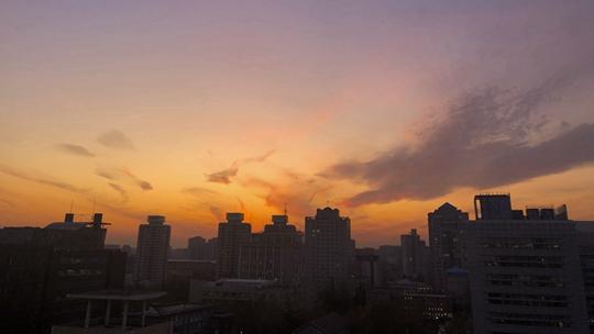超美!北京落日余晖映晚霞