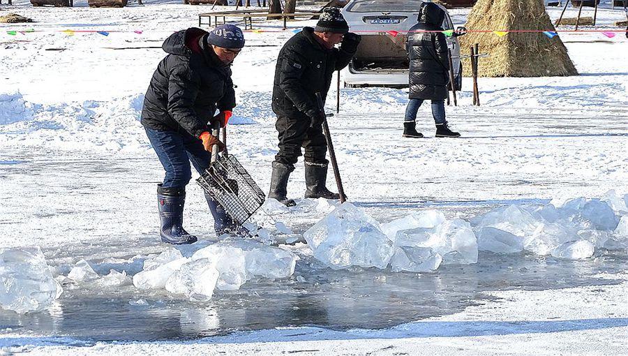 敬业!采冰工人松花江畔冒-23℃严寒作业