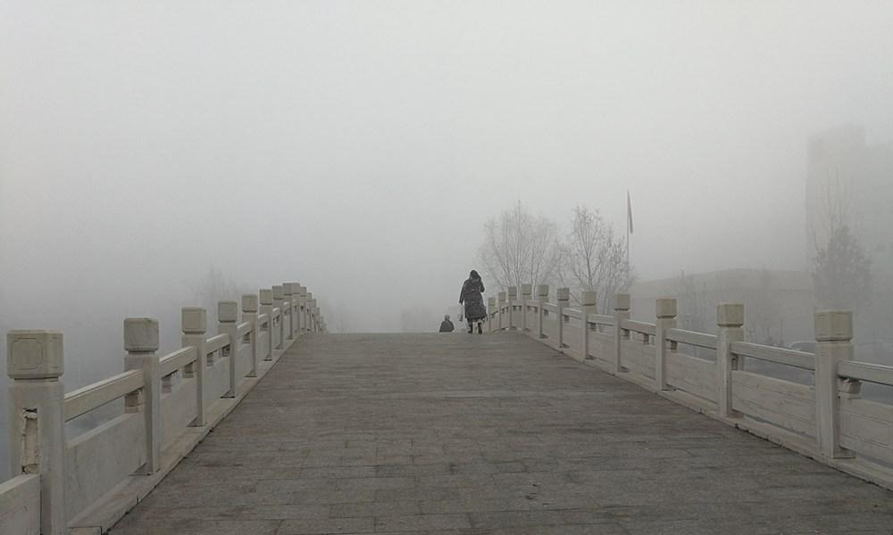 河北保定大雾弥漫 天气阴冷周末出行受影响
