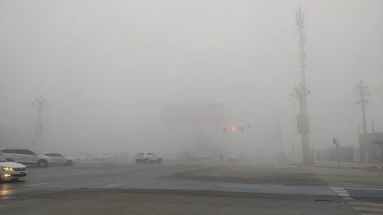 贵州德江现强浓雾 雾气漫城车辆行驶缓慢