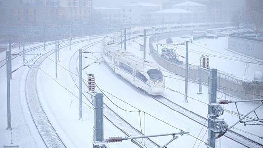 哈爾濱迎明顯降雪 環衛工人清雪忙