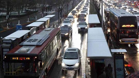 北京降雪添堵早高峰 车行缓慢