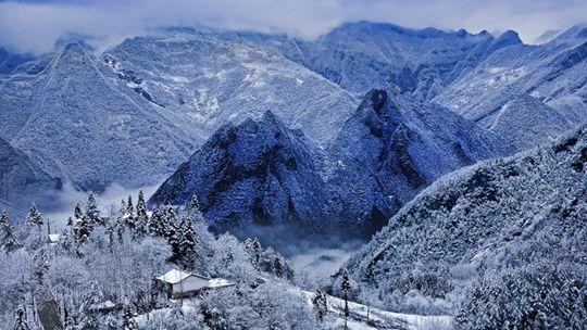 四川巴山大峡谷迎降雪 罗盘顶景区成冰雪世界