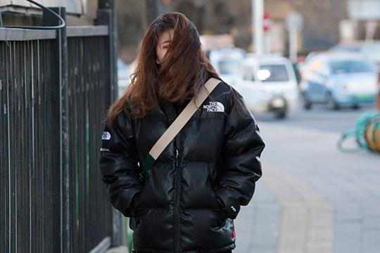 大风降温来袭 看北京街头寒冷众生相