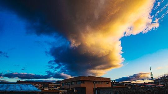 湖南武冈:风雨过后蓝天重现 壮美云霞扮靓天空