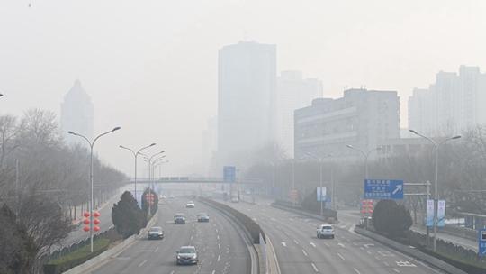 雾和霾来袭 北京天空能见度转差