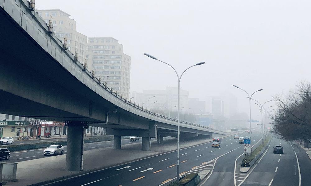 北京今晨建筑物在大雾中若隐若现