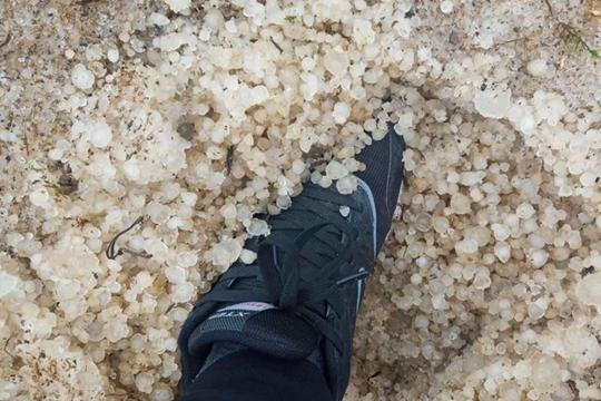 贵州遭遇雷暴大风冰雹 侗族鼓楼被吹散冰雹没脚面