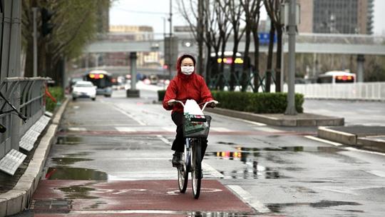 寒潮威力显现 北京雨落寒意浓市民换厚装